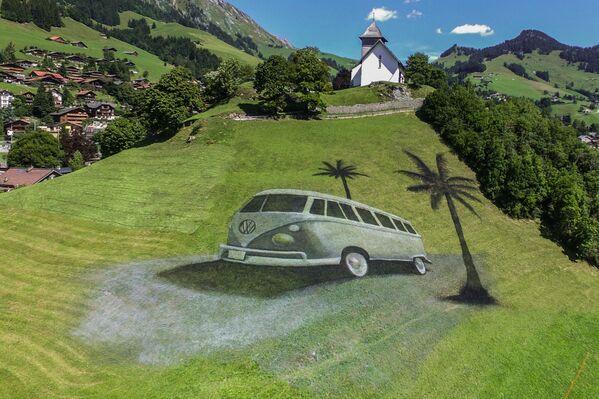 Џиновска слика у стилу ленд-арта француског сликара Гијома Легроа у Швајцарској.  - Sputnik Србија