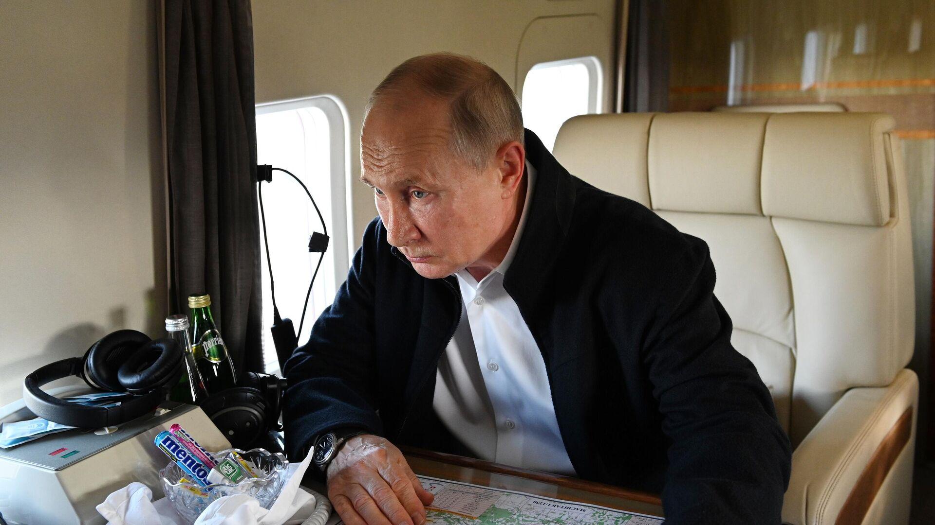 Руски председник Владимир Путин у хеликоптеру - Sputnik Србија, 1920, 01.09.2021