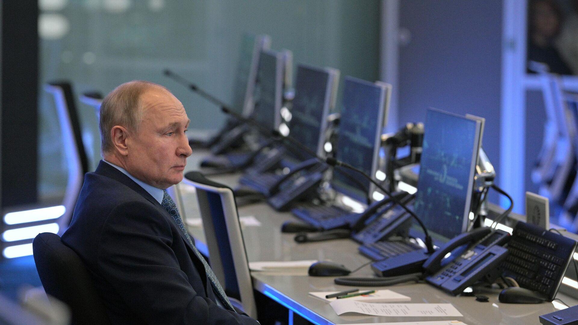 Predsednik Rusije Vladimir putin tokom posete Koordinacionom centru Vlade Rusije - Sputnik Srbija, 1920, 02.09.2021