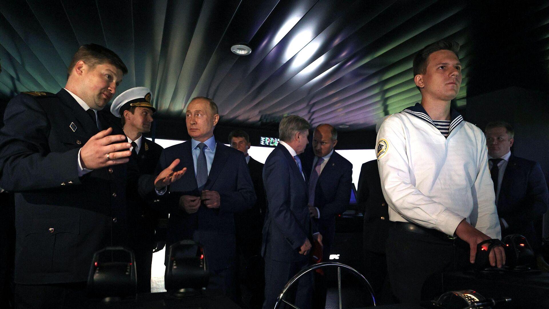 Председник Русије Владимир Путин током посете Центру за обуку Поморског државног универзитета  - Sputnik Србија, 1920, 02.09.2021