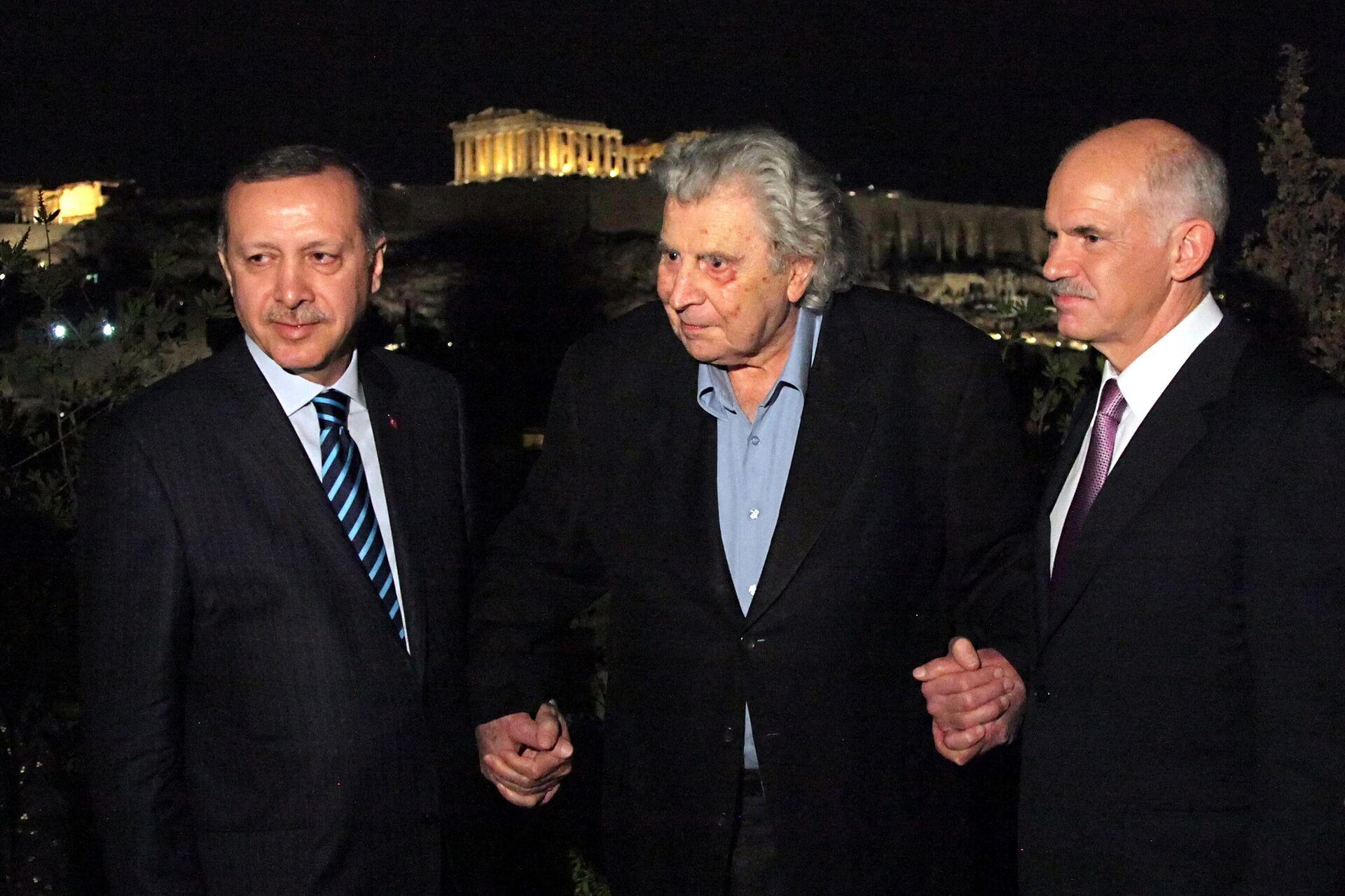 Mikis Teodorakis sa tadašnjim turskim i grčkim premijerom Redžepom Tajipom Erdoganom i Jorgosom Papandreuom. Teodorakis je koristio svoj autoritet za povezivanje Grčke i Turske. - Sputnik Srbija, 1920, 02.09.2021