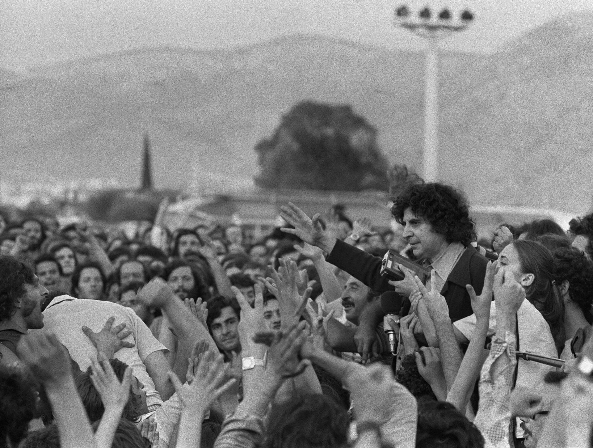 Doček Mikisa Teodorakisa na atinskom aerodromu 25. jula 1974. nakon progonstva u koje ga je poslala vojna hunta. - Sputnik Srbija, 1920, 02.09.2021