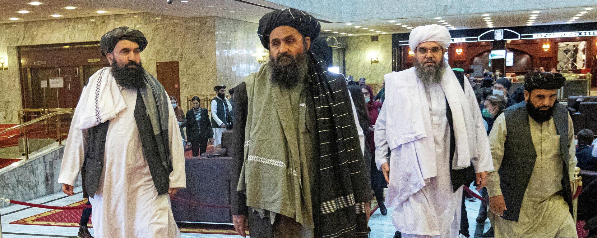 Jedan od lidera i pregovarača talibana Mula Abdul Gani Baradar (S)  - Sputnik Srbija, 1920, 03.09.2021