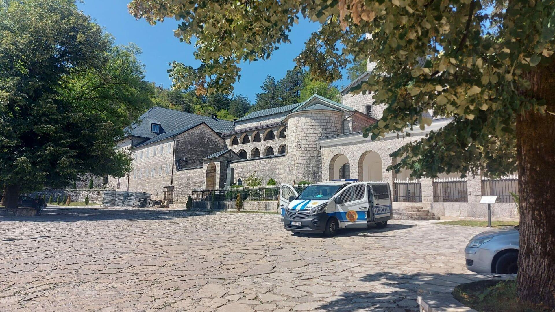 Возило црногорске полиције испред манастира Св. Петра Цетињског на Цетињу - Sputnik Србија, 1920, 17.09.2021