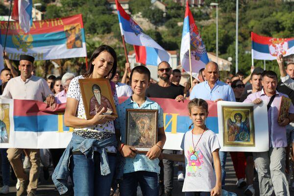Народ са свих страна Црне Горе стиже у Подгорицу испред Храма Христовог васкресења како би дочекао патријарха Порфирија - Sputnik Србија