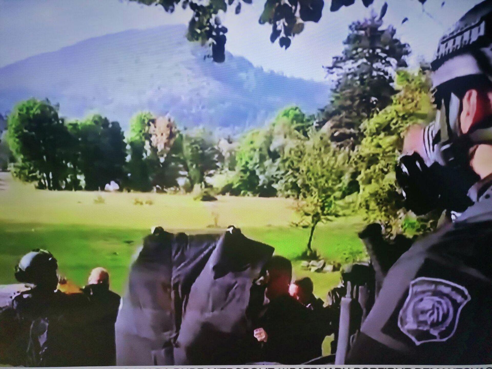 Антитерористичке јединице штите патријарха панциром док прилази цетињском манастиру - Sputnik Србија, 1920, 05.09.2021