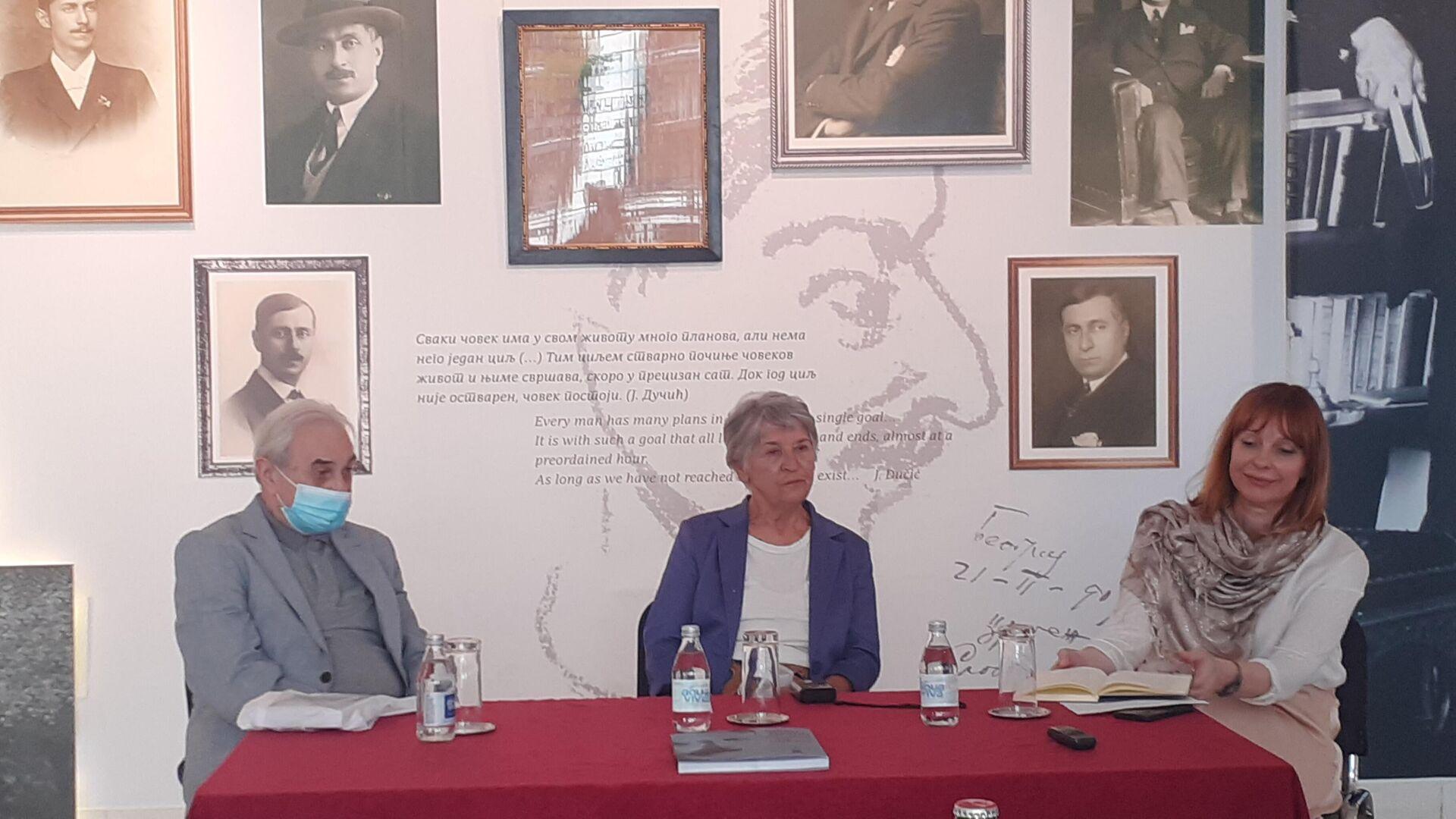 Autorka izložbe o Jovanu Dučiću Zlata Bojović (u sredini) u Galeriji SANU - Sputnik Srbija, 1920, 06.09.2021