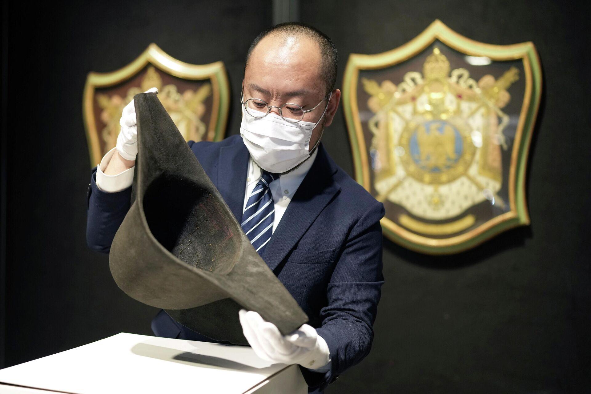 Bikorn, zimska kapa koja je pripadala pokojnom francuskom vojskovođi Napoleonu Bonaparti izložena je uoči aukcije u Bonhamsu u Hongkongu, Kina, 3. septembra 2021. - Sputnik Srbija, 1920, 07.09.2021