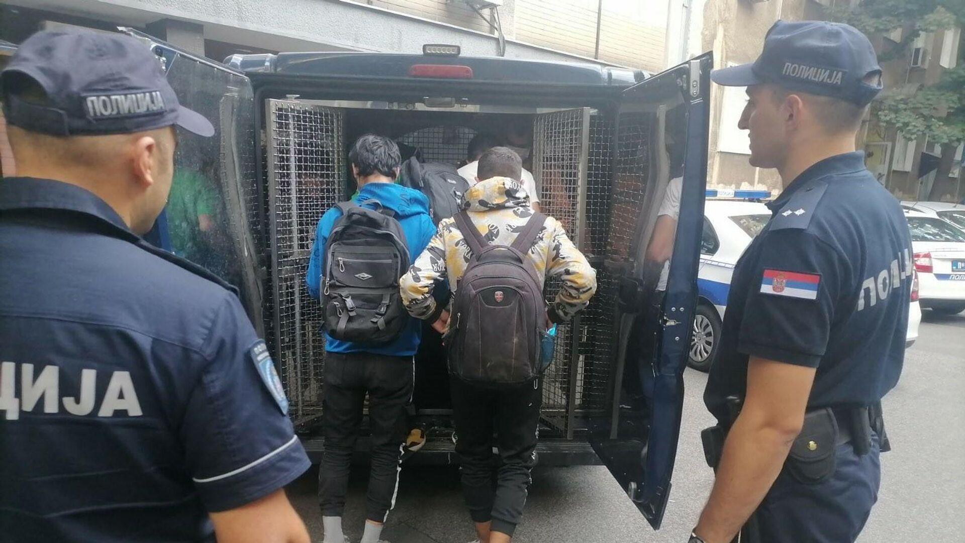 Београдска полиција спроводи илегалне мигранте у прихватни центар - Sputnik Србија, 1920, 09.09.2021