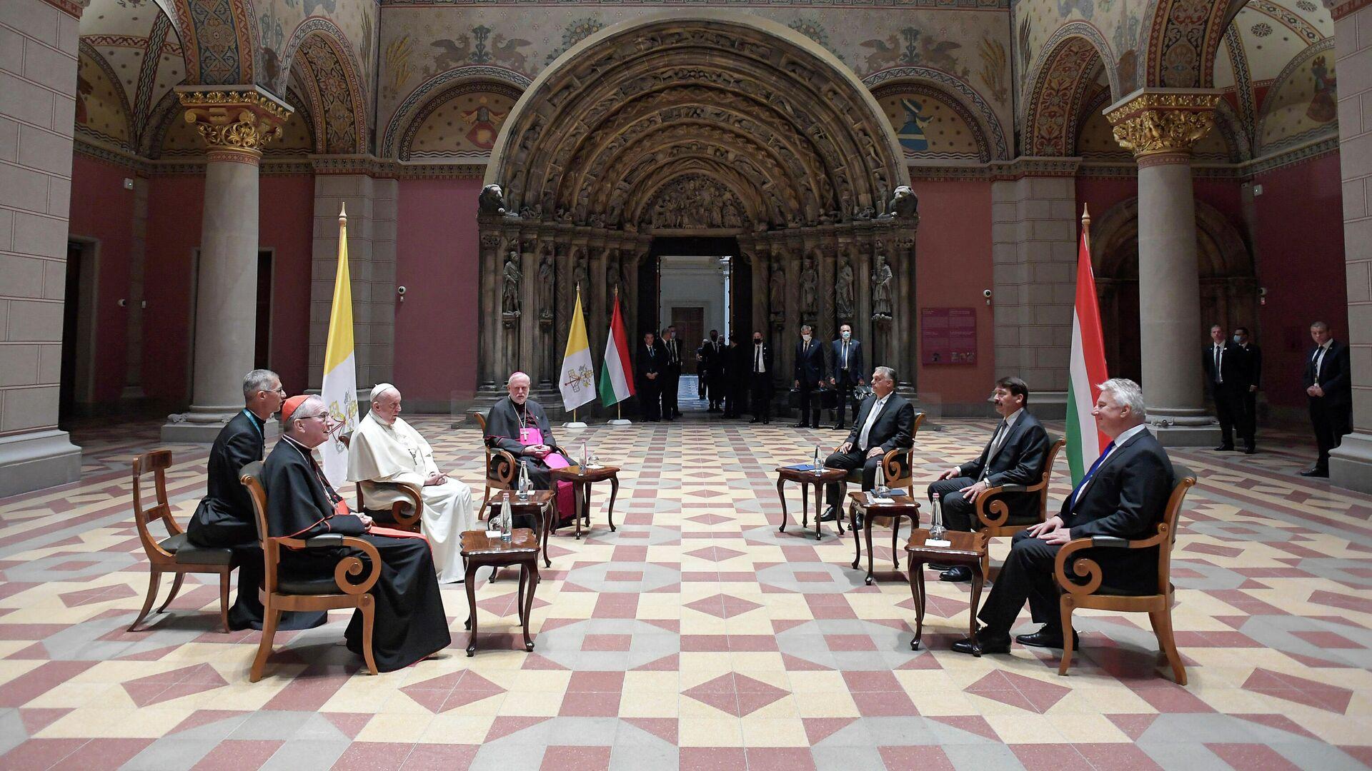 Папа Фрања са мађарским премијером Виктором Орбаном и председником Јаношем Адером у Будимпешти - Sputnik Србија, 1920, 12.09.2021
