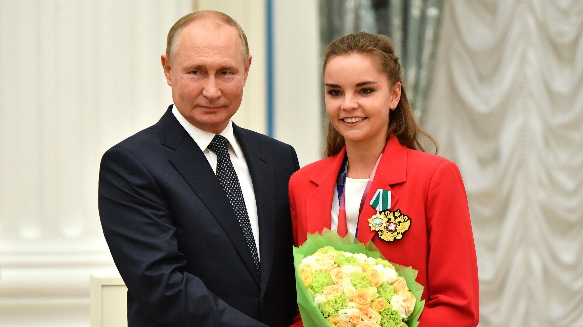 Predsednik Rusije Vladimir Putin i osvajačica srebrne medalje na Olimpijskim igrama u Tokiju Dina Averina u Kremlju - Sputnik Srbija, 1920, 12.09.2021
