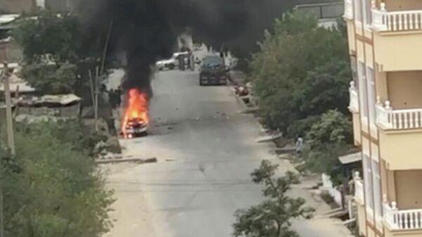 Запаљени аутомобил након ваздушног напада у близини аеродрома у Кабулу - Sputnik Србија