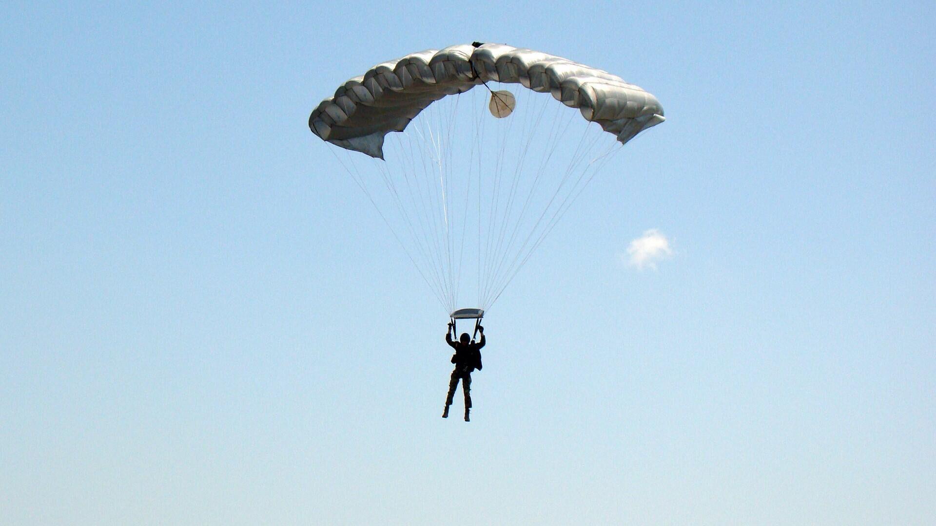 Припадник падобранске јединице на вежби Војске Србије и Оружаних снага САД - Sputnik Србија, 1920, 14.09.2021