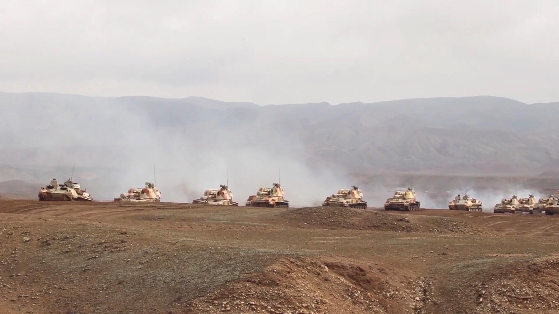 Konvoj ruskih oklopnih vozila na poligonu u Tadžikistanu u blizini granice sa Avganistanom - Sputnik Srbija, 1920, 15.09.2021