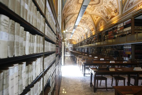 Vatikanska apostolska biblioteka — biblioteka u Vatikanu koja poseduje najbogatiju zbirku rukopisa iz srednjeg veka i renesanse.  - Sputnik Srbija
