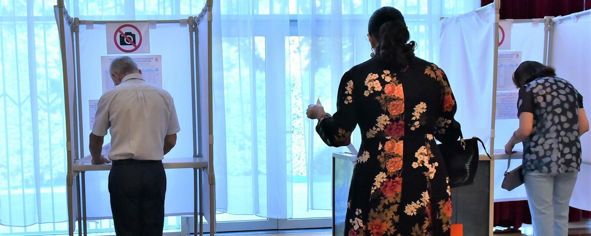Ambasador Ruske Federacije u Srbiji Aleksandar Bocan-Harčenko na glasačkom mestu u ruskoj ambasadi u Beogradu  - Sputnik Srbija, 1920, 20.09.2021