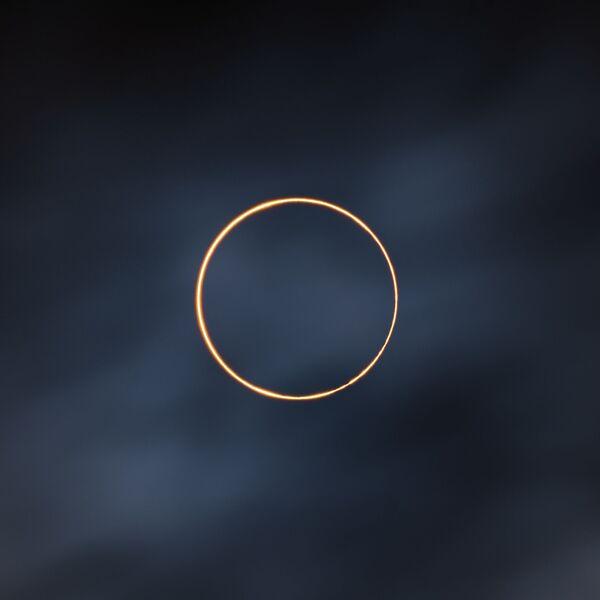 Дана 21. јуна 2020. дошло је до прстенастог помрачења Сунца и фотограф се побринуо да га не пропусти. Одлучио је да оде у Али на Тибету да га сними, јер је тамо време сунчано током целе године. Међутим, током прстенастог помрачења, по целом небу били су тамни облаци.Неизвесност је била велика, али у року од једног минута од прстенастог помрачења, Сунце је пројурило кроз облаке и фотограф је имао среће да ухвати тај тренутак. После је Сунце поново нестало.Али, Тибет, Кина, 21. јуна 2020. - Sputnik Србија