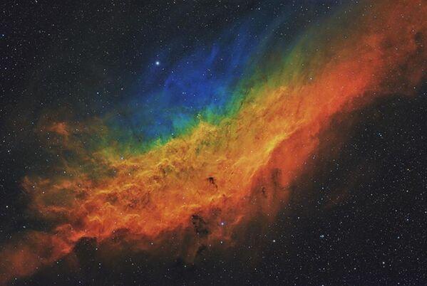 Калифорнијска небула, позната и као NGC 1499, снимљена је током седам ноћи 2021. године коришћењем широкопојасних и ускопојасних филтера, са укупним временом интеграције од 16 сати.Небула или маглина представља облак сачињен од гасова или прашине: ова небула је дуга око 100 светлосних годинаи удаљена 1.000 светлосних година од Земље. Названа је Калифорнија јер изгледа као да подсећа на обрисе америчке државе Калифорније.Сирови подаци су претходно обрађени и звезде су уклоњене помоћу програма званог Старнет, а затим су касније убачене током накнадне обраде природније боје за звезде.У финалној верзији су присутни хемијски елемнти обојени у различите боје. Иако боје на овој слици нису праве боје, ускопојасни филтри откривају много више скривених гасова који нису видљиви на широкопојасној слици.Вајвотер, Колорадо, САД, 16. – 31. Јануар, 6. и 28. фебруар, 2. март 2021. - Sputnik Србија