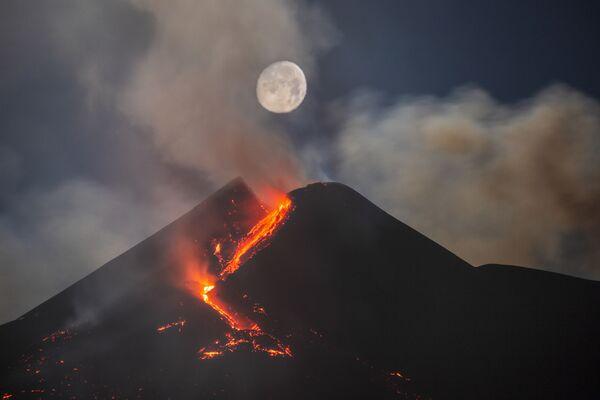 У фебруару 2021. године Етна је показала интензивну вулканску активност избацујући ступове пепела и фонтане лаве високе више од 500 метара. Они су се углавном налазили у близини новог југоисточног кратера који је излио бројне токове лаве у долину Бове. Били су кратког трајања, али праћени интензивном активношћу која је сломила структуру кратера, из којег су се на све стране сливали токови.25. фебруара, планина Етна је поново показала интензивну активност, а фотограф је пронашао тачан положај тако да се Месец нађе близу кратера, непосредно изнад. Вулкански облаци и вреле струје дале су Месецу необичан разливени изглед са топлом бојом због сјаја и пепела.Мило, Сицилија, Италија, 25. фебруара 2021. - Sputnik Србија