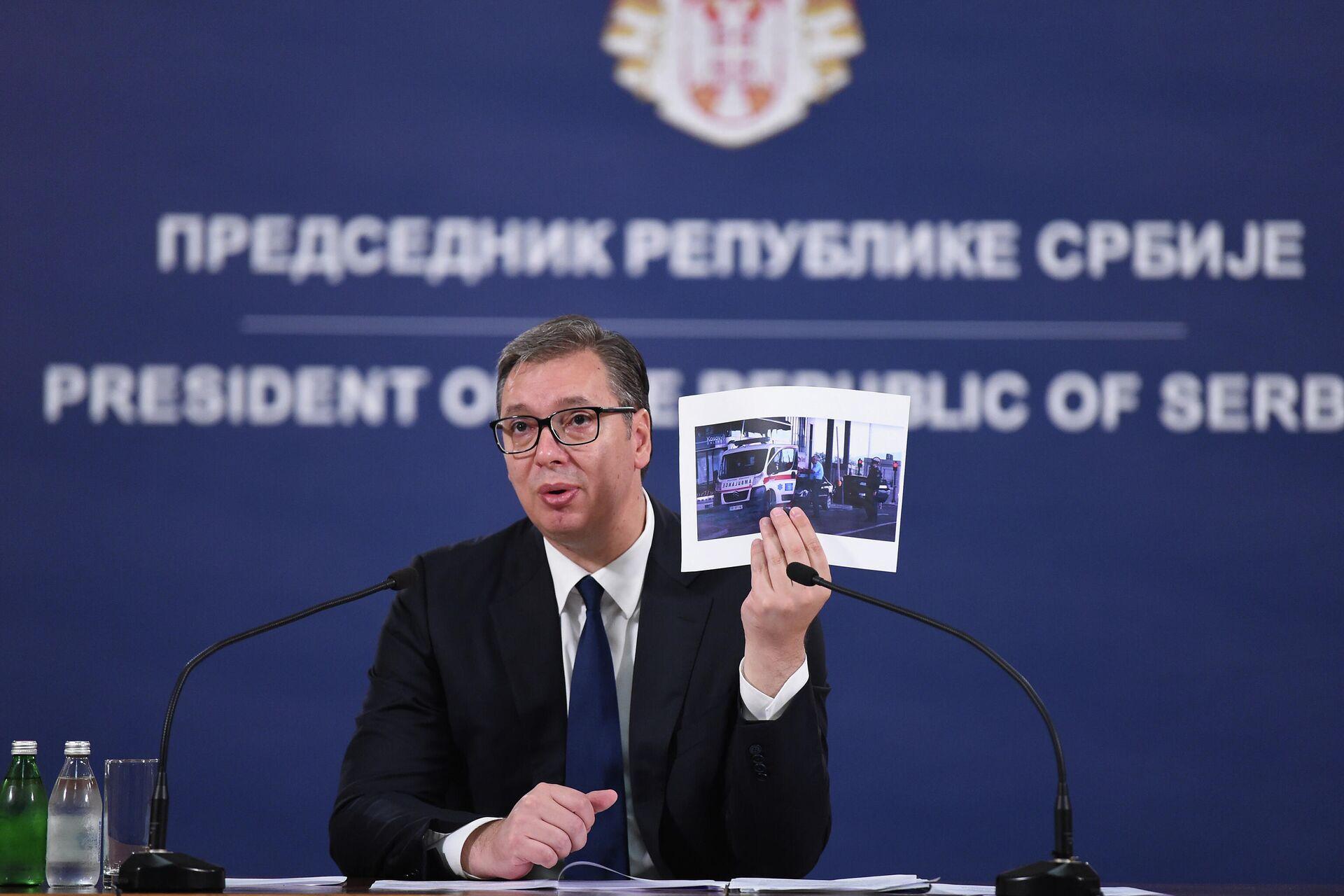 Aleksandar Vučić pokazuje fotografije vozila hitne pomoći iz Vranja kome je kosovska policija skidala tablice - Sputnik Srbija, 1920, 20.09.2021