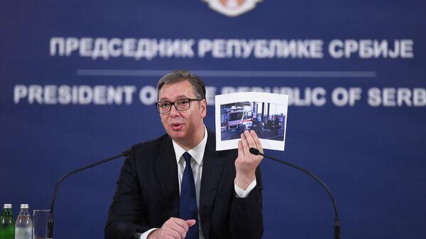 Aleksandar Vučić pokazuje fotografije vozila hitne pomoći iz Vranja kome je kosovska policija skidala tablice - Sputnik Srbija