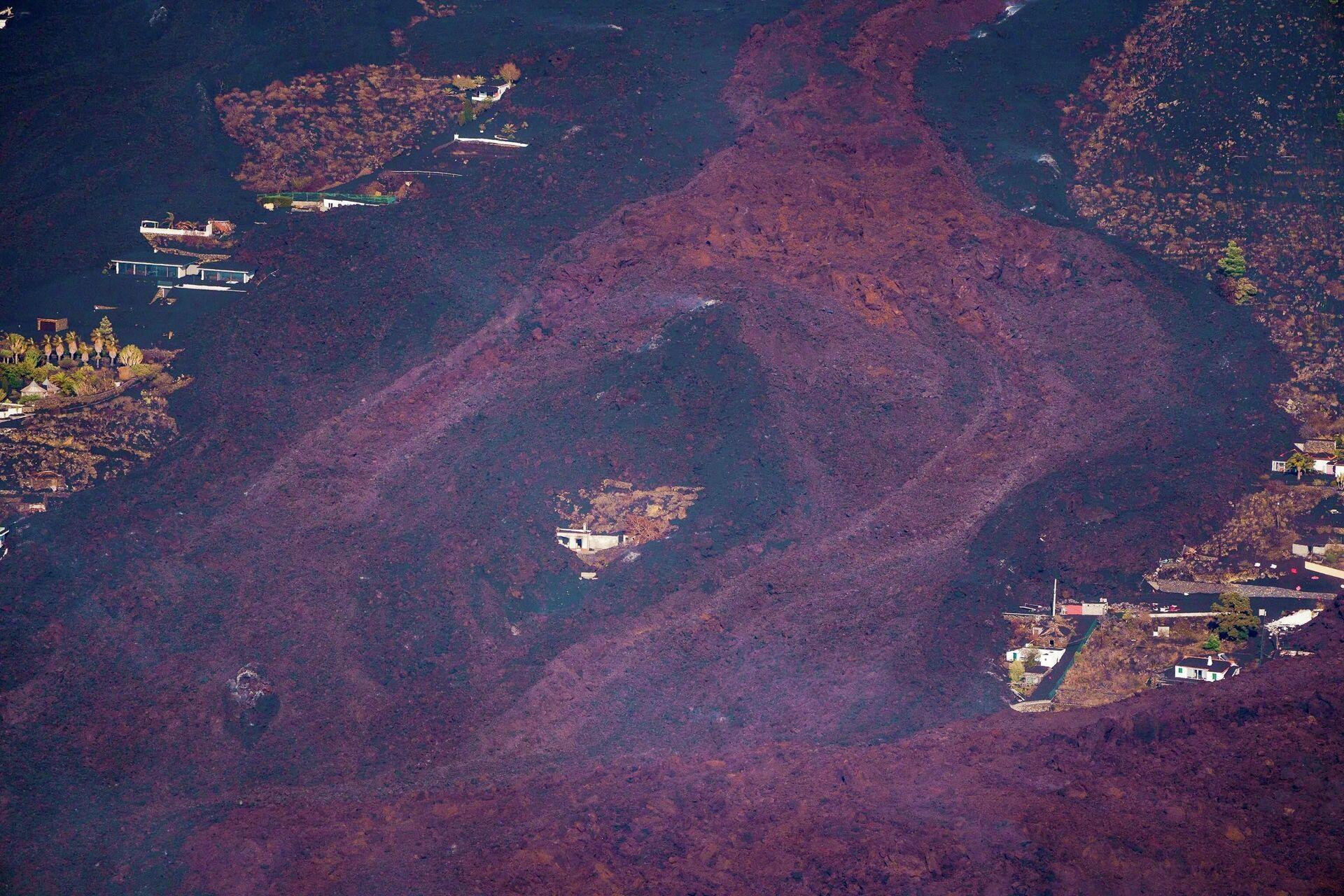 Lava teče oko kuće nakon erupcije vulkana u nacionalnom parku Kumbre Vijeha u El Pasu, na Kanarskom ostrvu - Sputnik Srbija, 1920, 24.09.2021
