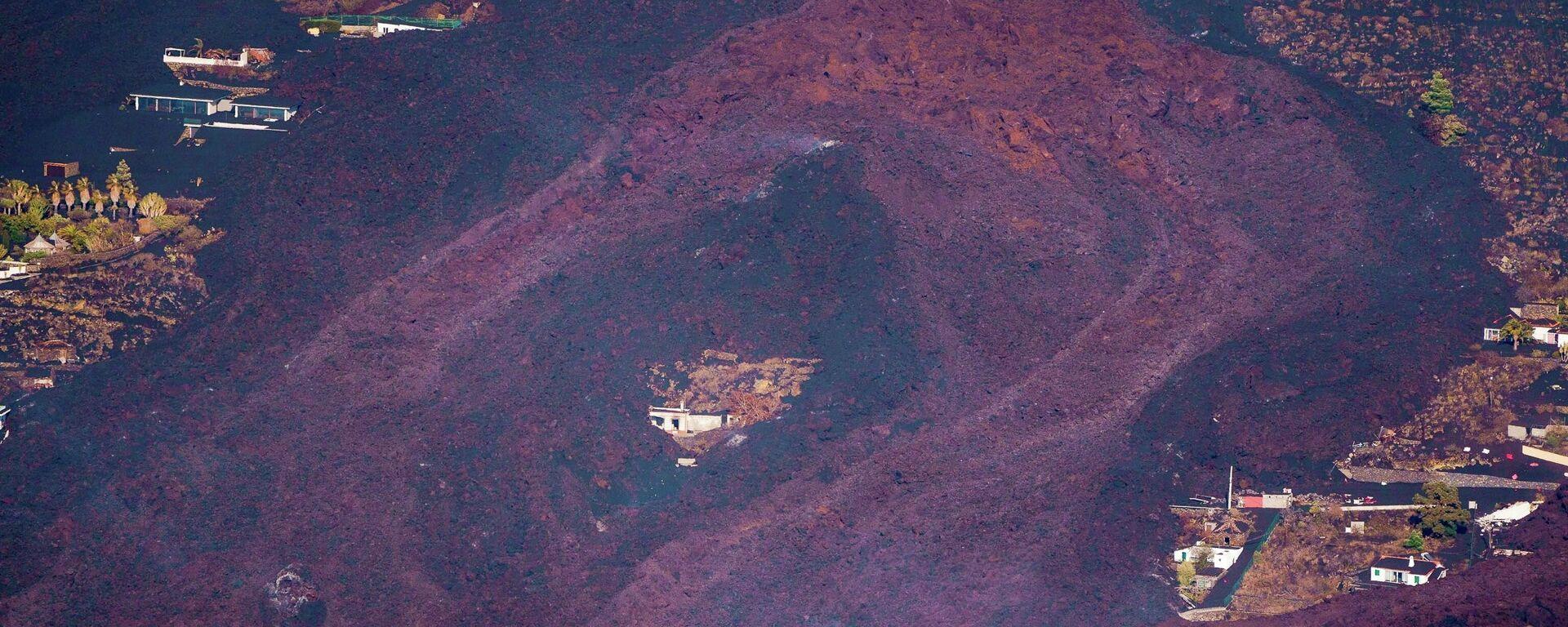 Lava teče oko kuće nakon erupcije vulkana u nacionalnom parku Kumbre Vijeha u El Pasu, na Kanarskom ostrvu - Sputnik Srbija, 1920, 27.09.2021