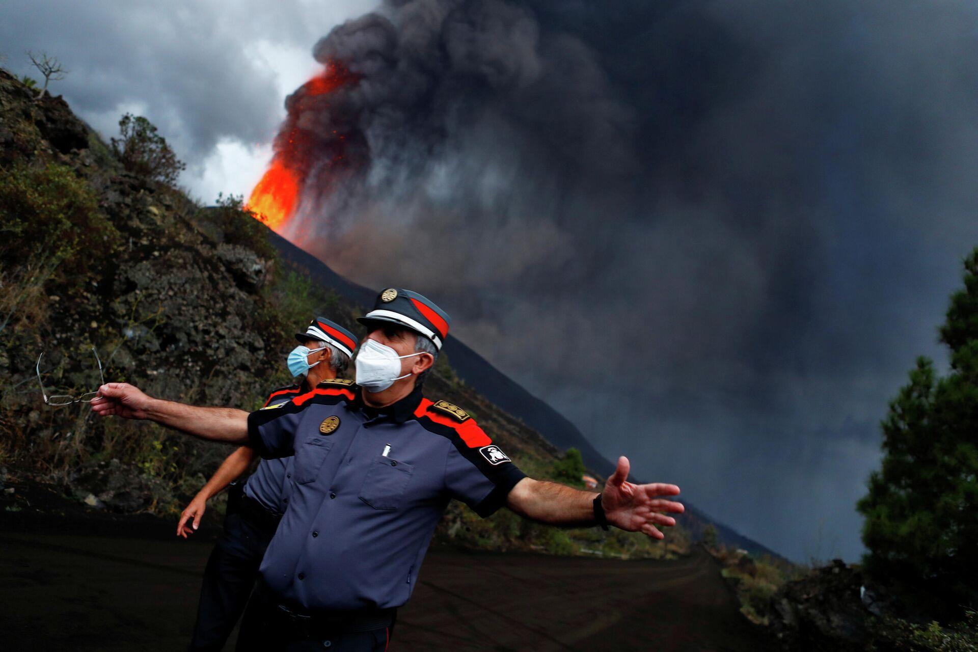 Policajci blokirali put dok se lava diže nakon erupcije vulkana na ostrvu La Palma u Takandeu - Sputnik Srbija, 1920, 24.09.2021