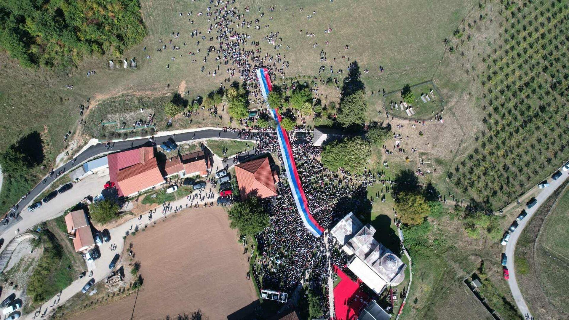 Народ окупљен око Ђурђевих ступова током чина устоличења владике Методија - Sputnik Србија, 1920, 26.09.2021