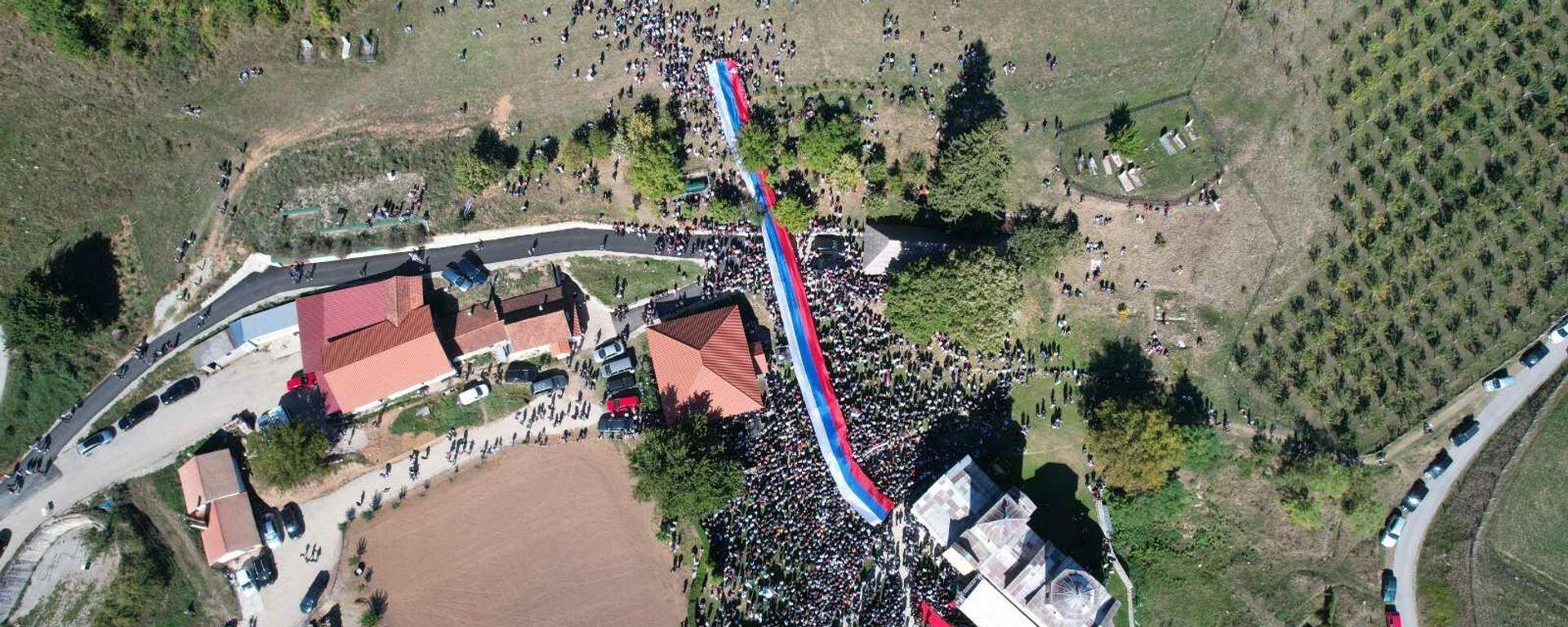 Narod okupljen oko Đurđevih stupova tokom čina ustoličenja vladike Metodija - Sputnik Srbija, 1920, 26.09.2021