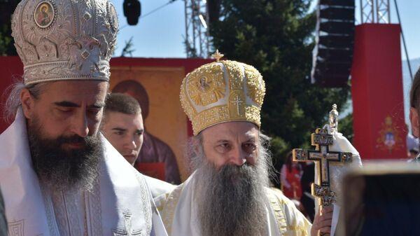 Patrijarh Porfirije i episkop Metodije u Đurđevim stupovima nakon čina ustoličenja - Sputnik Srbija