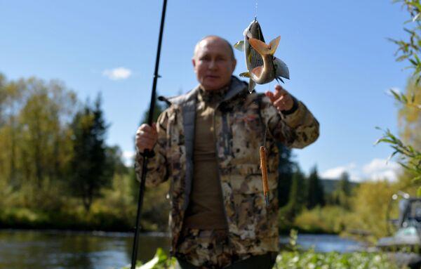 Путин уловио рибу - Sputnik Србија