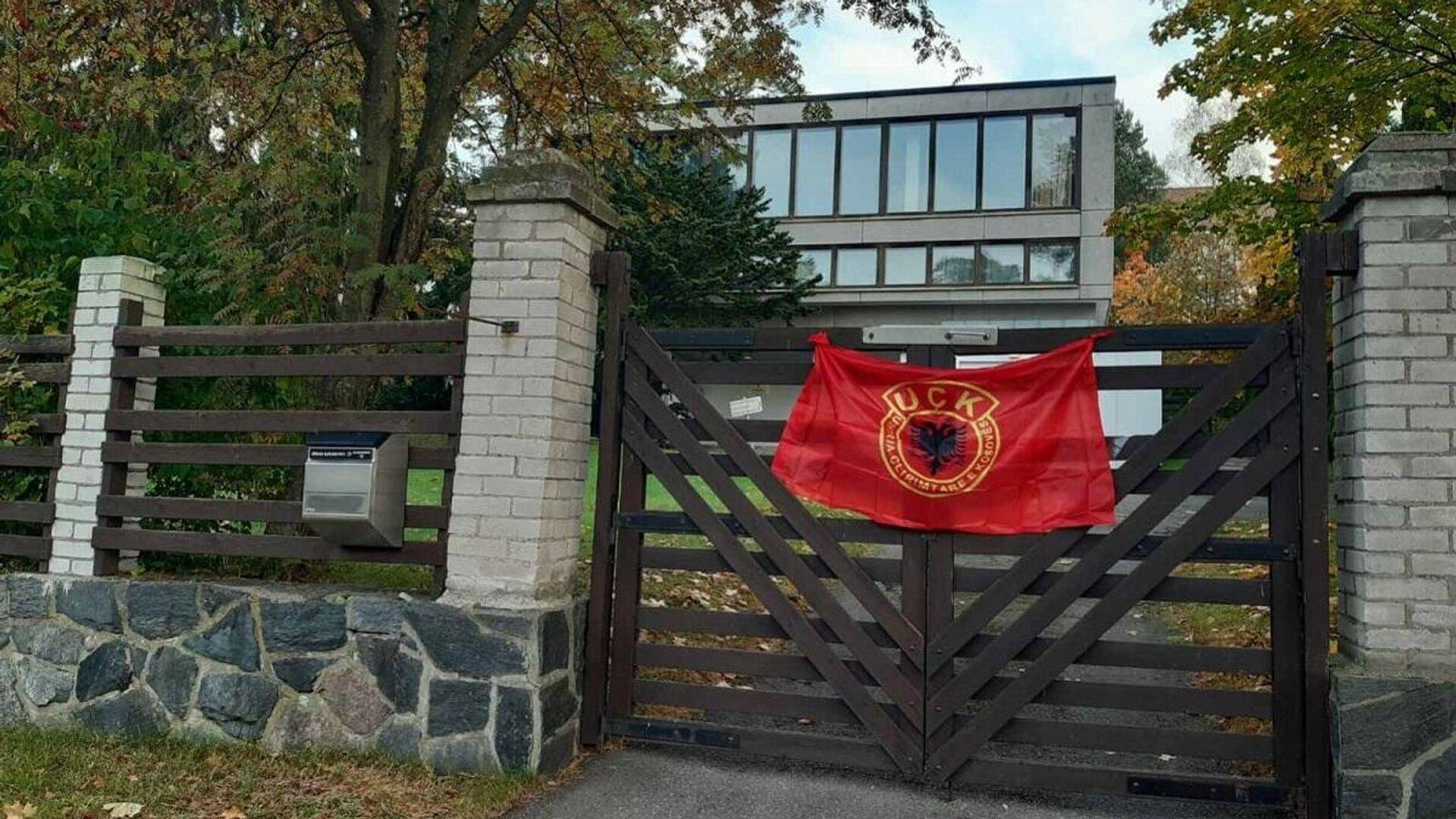 Zastava OVK na ogradi dvorišta ambasade Srbije u Helskinkiju - Sputnik Srbija, 1920, 28.09.2021