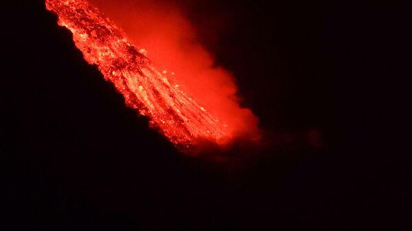 Lava tečet v more posle izverženiя vulkana na kanarskom ostrove La-Palьma - Sputnik Srbija