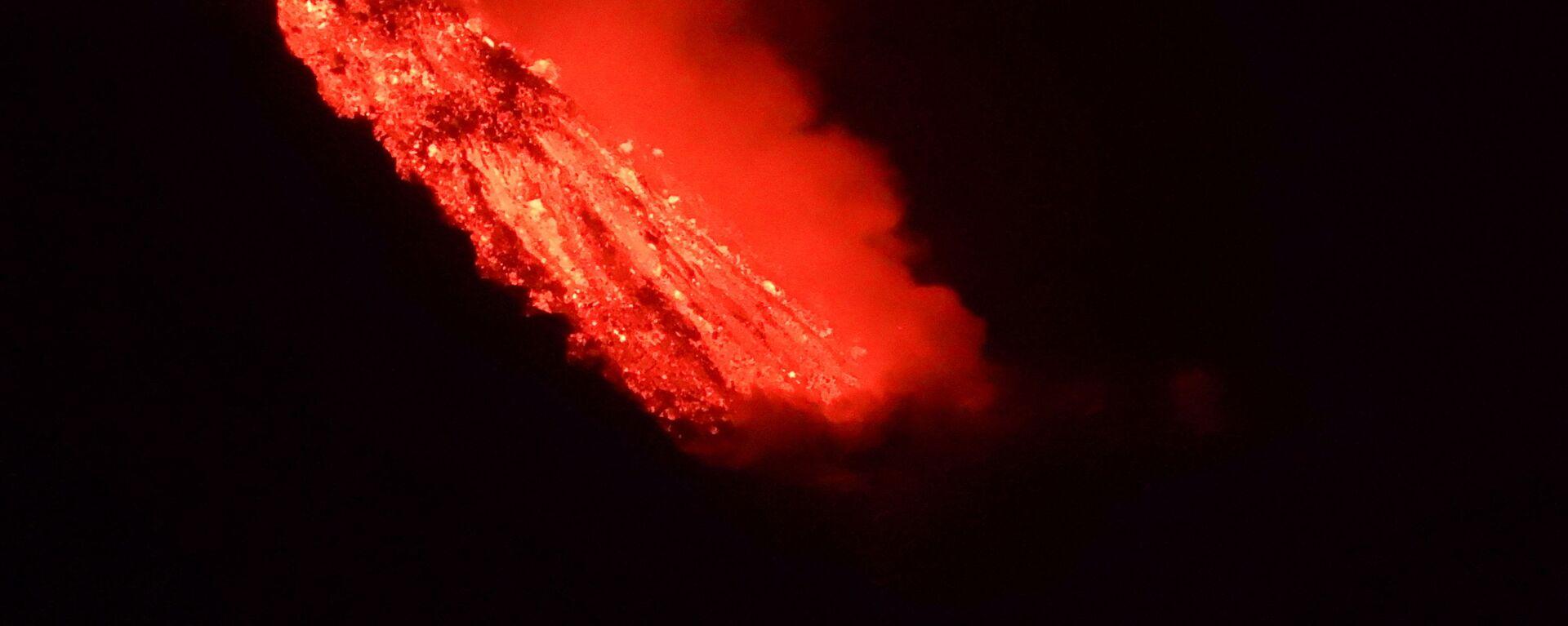 Лава течет в море после извержения вулкана на канарском острове Ла-Пальма - Sputnik Србија, 1920, 04.10.2021