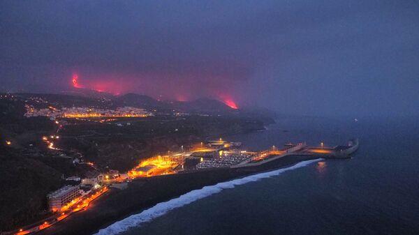 Лава и дым от извержения вулкана, наблюдаемые в порту Тасакорте на канарском острове Ла-Пальма - Sputnik Србија