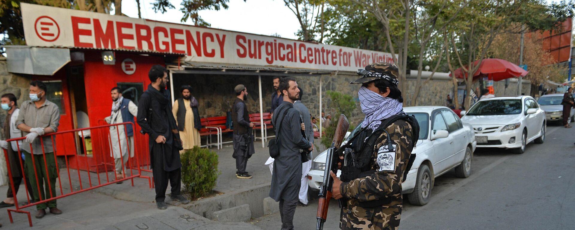 Pripadnici pokreta Taliban i medicinsko osoblje ispred ulaza u bolnicu čekaju dolazak žrtava nakon eksplozije u džamiji u Kabulu - Sputnik Srbija, 1920, 03.10.2021