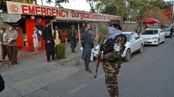 Припадници покрета Талибан и медицинско особље испред улаза у болницу чекају долазак жртава након експлозије у џамији у Кабулу - Sputnik Србија