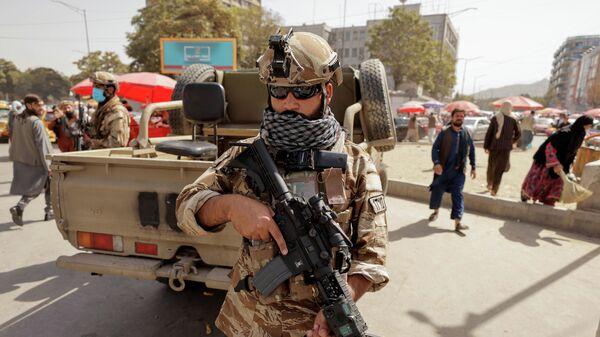 Наоружани припадник Талибана на улици у Кабулу - Sputnik Србија
