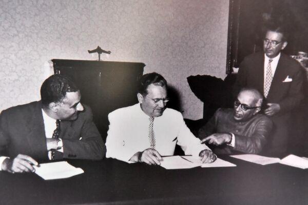Фотографија Нехруа, Насера и Тита приликом потписивања Брионске декларације, је једна од изложених - Sputnik Србија