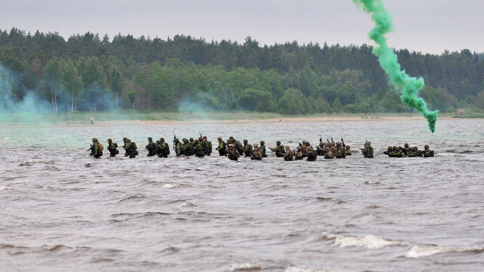 Амерички маринци и естонски извиђачи искрцавају се на обалу Балтичког мора током војних вежби Baltops 2010 - Sputnik Србија, 1920, 07.10.2021