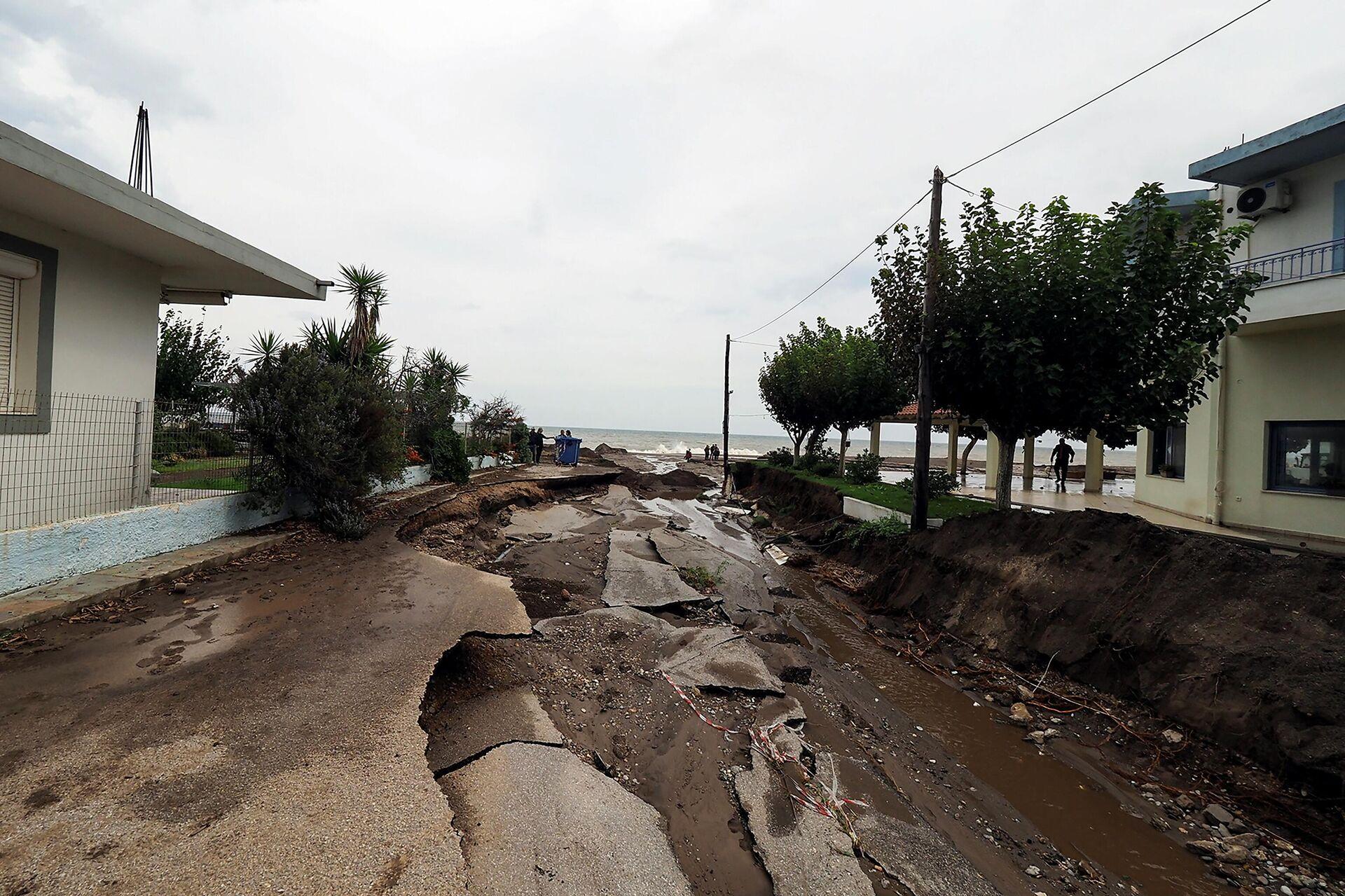 Poplave uništile put koji vodi ka plaži na grčkom ostrvu Evija - Sputnik Srbija, 1920, 11.10.2021