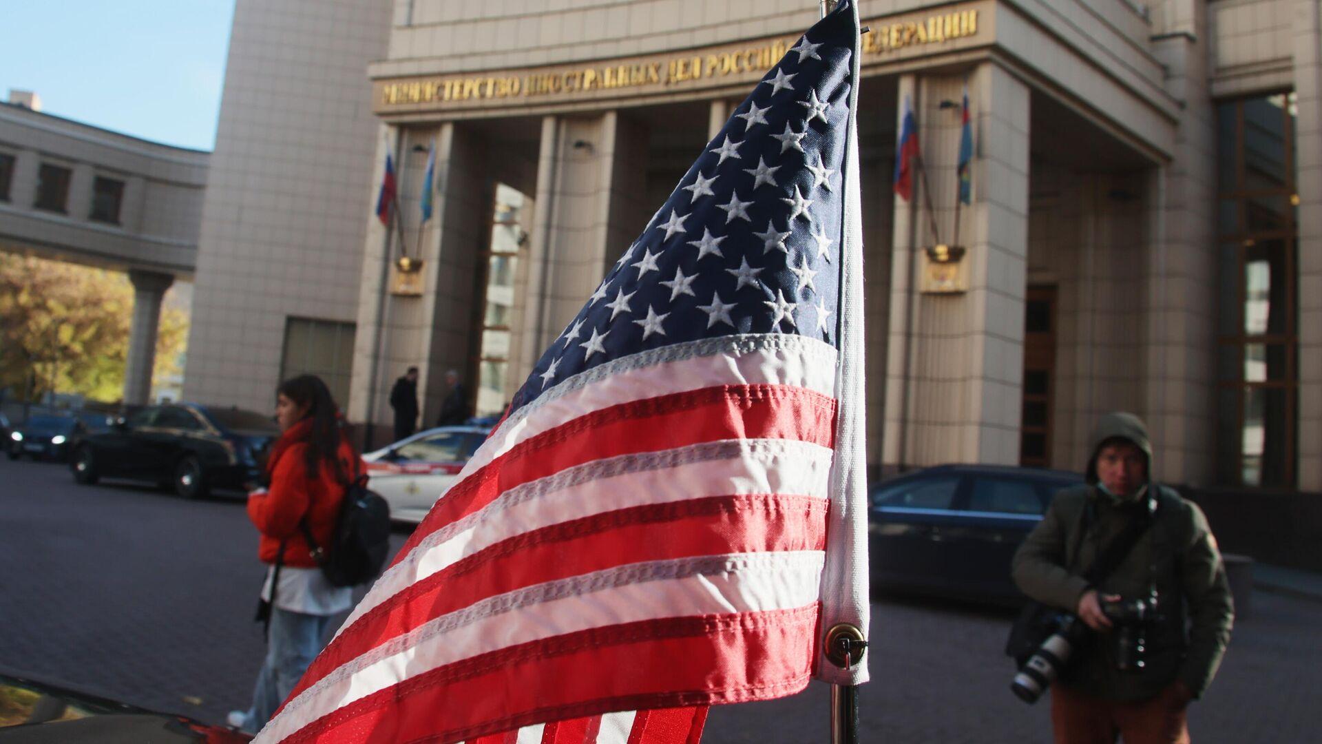 Američka zastava na automobilu ispred MIP Rusije - Sputnik Srbija, 1920, 12.10.2021