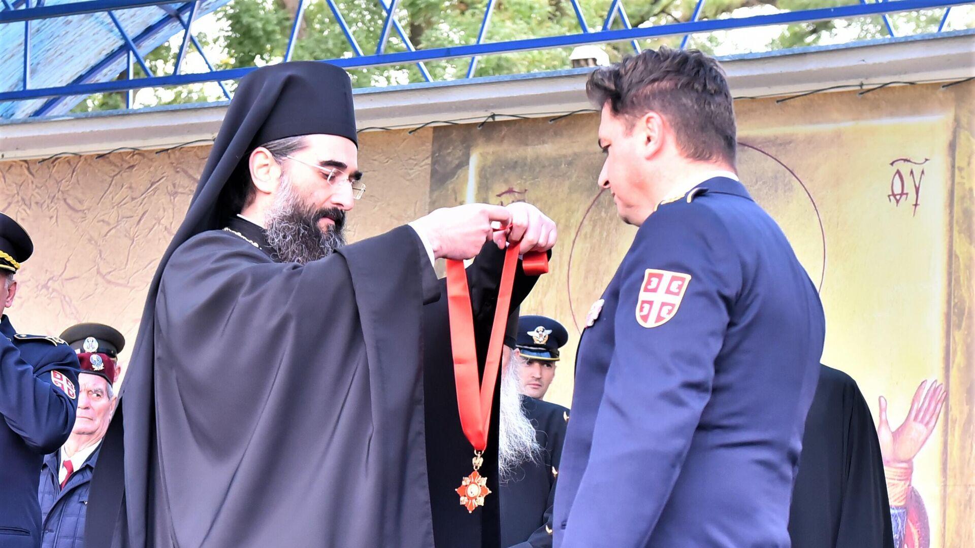 Vladika niški Arsenije uručuje orden Svetog Save komandantu 63.padobranske brigadnom generalu Nenadu Zoniću - Sputnik Srbija, 1920, 14.10.2021
