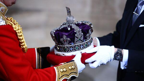 Korona britanskoй korolevы Elizavetы II perenositsя na toržestvennoe otkrыtie parlamenta v Londone - Sputnik Srbija
