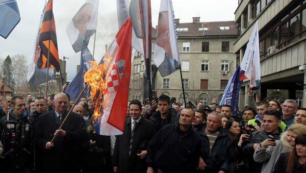 Vojislav Šešelj pali zastavu Hrvatske - Sputnik Srbija