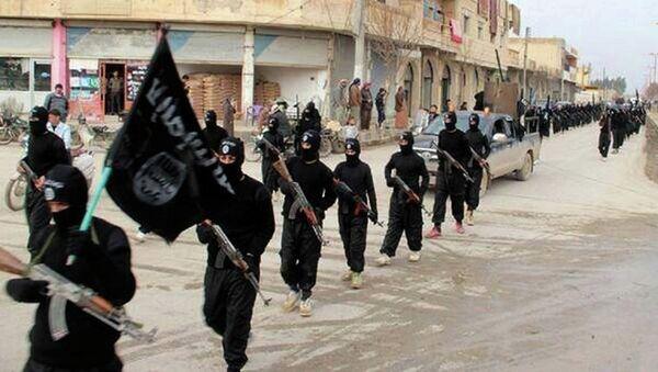 Припадници терористичке организације Исламска држава марширају у Сирији - Sputnik Србија