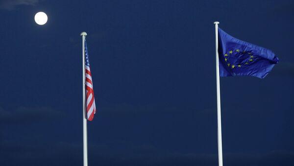 Zastave EU i SAD na punom Mesecu - Sputnik Srbija