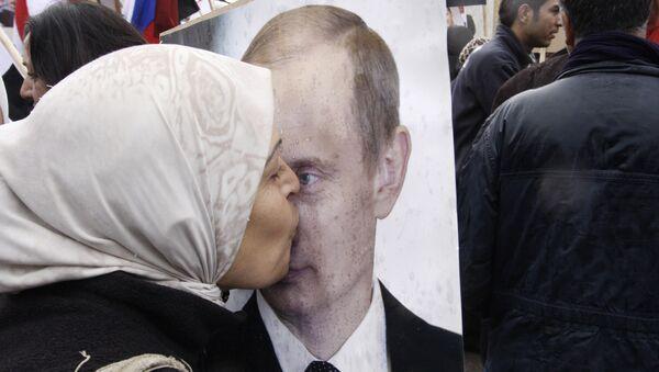 Сиријка љуби постер на којем је фотографија руског председника Владимира Путина - Sputnik Србија