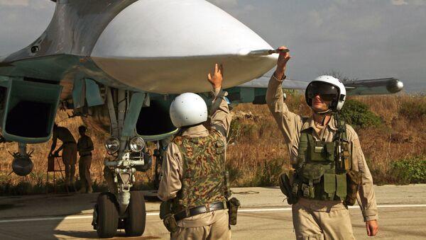 Руски пилот излази из авиона у бази Хмејмим у Сирији. - Sputnik Србија
